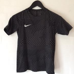 Nike Dry-fit bluse i ret fedt mønster. (Hvis du zoomer) 🙂 Som ny. Der står str. 8-10 eller 128-137.