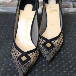 Varetype: Stiletter Størrelse: 38.5 Farve: Sort Oprindelig købspris: 5400 kr.  Vanvittige behagelige da skoen er lavet af stof - virkelig smuk på, men de er en anelse for store.  Kommer i original æske