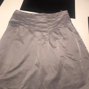 Super fin nederdel fra Day med syninger i taljen. Lynelås i siden.