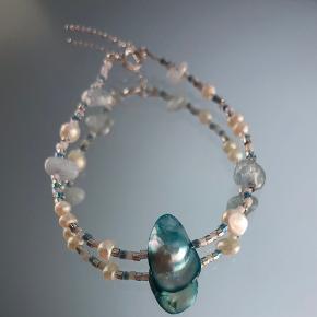 Armbånd i 925 sterlingsølv med aquamarine, ferskvandsperle og unik blå perle. Kan justeres fra 16,5 cm til 19,5 cm.  Kan laves på mål ved bestilling ✨   Se mere på vores Instagram unika_jewellery ✨