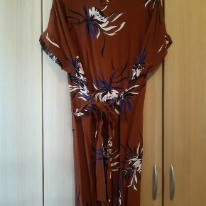 Smuk kjole med bindebånd, kan bindes både foran og bagpå.