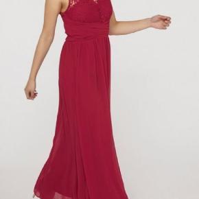 Rigtig fin rød/bær-farvet gallakjole. Kjolen sidder rigtig godt og strammer ikke, men sidder alligevel tæt. Kjolen er kun brugt én gang.
