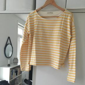 Sælger denne gule stribede bluse/sweater fra Pieces. Størrelse M.—— Afhentes i Aalborg C eller sendes på købers regning 😄 ——