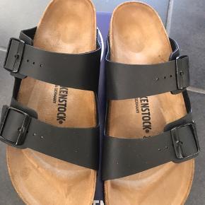 Arizona er en ægte klassiker. Mode og funktionalitet kombineres i perfekt harmoni på denne elegante sandal. Den individuelt indstillelige rem på sandalen er fremstillet af holdbar Birko-Flor.  Den passer til en normal/bred fod   Str. 36: 23 cm Str. 37: 24 cm Str. 38: 24,5 cm Str. 39: 25,0 cm Str. 40: 26 cm Str: 41: 26,5 cm Str: 44: 28,5 cm  Der skal kun være ca par mm i enderne og max ialt 0,5 cm  Fast pris 450,- pp