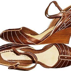 Søde brune sko fra Bianco med en kilehæl på ca. 8 cm, skoen er brugt få gange og i fin sktand.
