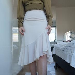 Vintage nederdel fra 1950'erne i lys beige farve. Kan også style med en sleek sort tank top