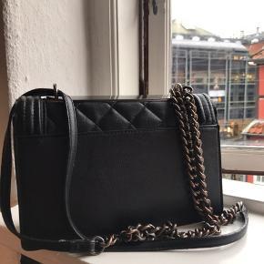Tasken er i god stand, bortset fra på hanken, hvor der selvfølgelig er lidt slidtage.   Nypris: 500 DKK