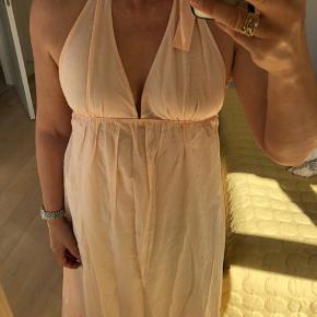 """Kun brugt en enkelt gang.  Smuk sommerkjole med inderkjole.  Yderste lag er 30% silke og 70% bomuld.  Farven er mest """"rigtig"""" på første foto.  Inderste lag er 100 % bomuld  #30dayssellout"""