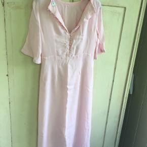 fin rosa kjole i viscose fra Pieces i str 36/xs. Brystmål: 2x39 cm, længde 114 cm. Bytter ikke. Sælges for 150 kr. Se også mine andre annoncer!!!