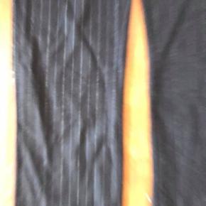 uldne nålestribede bukser i uldent, men blødt stof. De hedder str. 36, men passer også 38
