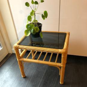 """Det fineste bord i bambus med farvet glasplade og en """"hylde"""" under."""