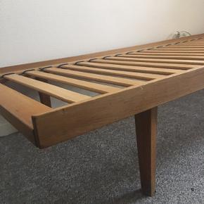 Jeg sælger denne daybed da jeg ikke bruger den længere. Madras medfølger ikke. Skal afhentes i København SV.  Mål. 190x70x30