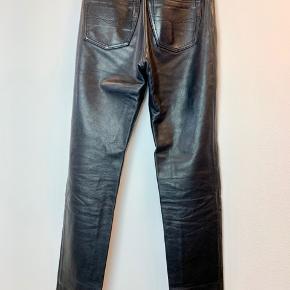 Privatbeskeder og kommentarer besvares ikke. Prisen er fast.  Vintage Stig P læderbukser. De måler 110 cm i længden, 76 cm i omkreds i taljen og 105 cm i omkreds over numsen.