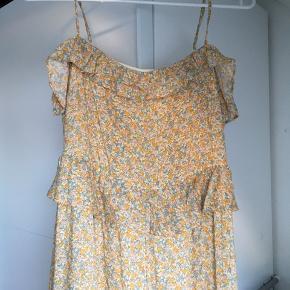 Kjole fra & Other Stories sælges. Har stropper og underkjole.