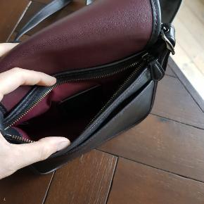 Super stilfuld taske i meget blødt læder og bordeaux syninger.