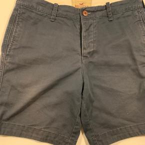 """Marineblå shorts fra Hollister i """"slidt look"""". 100 pct bomuld. Str 31. Livvidde 84 cm, benvidde 54 cm, længde 43 cm."""