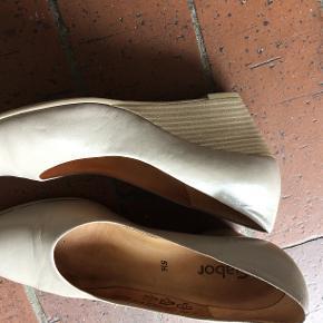 Sko i læder med kinahæl i grå- beige farve