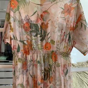 Lang gennemsigtig kjole med blomster i brændte orange/grønne farver Aldrig brug