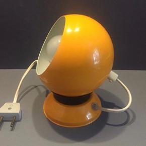 Flot solgul retro væglampe fra danske Hamalux. Den er i fin stand.