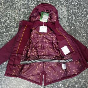 Varetype: *NY* vinterjakke Størrelse: 116  Lækker vinterjakke fra PompDeLux, som aldrig har været brugt - mærket sidder stadig i.  Den er vind-/vandtæt (vandsøjletryk 10.000) og åndbar.  Den har aftagelig hætte, den kan strammes ind i livet og har vindfang ved håndleddene.  Farven fremgår ikke helt rigtig af mine billeder - i virkeligheden er den lidt mørkere - se det sidste billede, jeg har fundet på nettet, for den mest korrekte gengivelse af farven.  Bud fra 350 kr. pp.  Jeg bytter ikke, men handler gerne via Mobilepay :-)