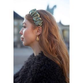 Sælger denne fine hårbøjle fra Pico i modellen Aya i farven Dusty Green.  Aldrig brugt, kun prøvet på. Sælges kun da man ikke kan returnere uden blombering og er købt til en bestemt kjole, jeg aldrig fik på :)  Sendes med DAO via Trendsaleshandel - pris for fragt kommer oveni :)