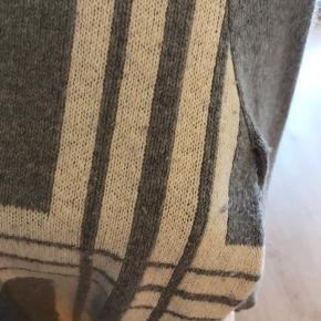 Lækker strik fra just female i en størrelse small, er en smule forvasket, men det kan godt taget af. (se billede)