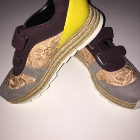 Varetype: Sneakers Farve: Nude, Lys Grå, Gul, Bordeaux Oprindelig købspris: 5247 kr. Prisen angivet er inklusiv forsendelse.