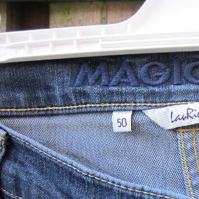 #30dayssellout Laurie bukser model  magic slim med ekstre syninger, for at holde maven inde. Modellen er med brede ben 2x 24 cm, talje 110 cm, hofte 130 cm.
