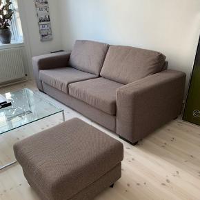 Sofa med tilhørende puf.   Sofa Længde 217 cm.  Dybde 90 cm.  Siddedybde 56 cm.  Højde (armlæn) 60 cm.  Siddehøjde 44 cm.   Puf 60 x 60 cm.   Har sået i ikke-ryger hjem.   God, men brugt. Den er ca. 4 år gammel - men har passet meget på den. Den har ingen pletter. Fødderne trænger til en klud.