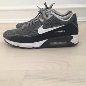 Nike Air sko  Str 42  Brugt en enkelt gang, ingen slid  Sælges for 410 kr Nypris 1400  SE OGSÅ DE MANGE ANDRE ANNONCER PÅ MIN PROFIL.