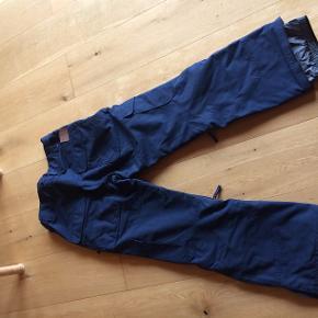 O'NEILL HAMMER PANTS, str. S, mørkeblå, brugt i ca 3 uger, men er nu blevet for små. Indvend. benlængde 80 cm, livvidde 84 cm (kan reguleres ind/ud), snefang i ben, lommer på begge ben, 2 skrålommer, 1 baglomme, mulighed for udluftning v/ben.