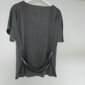 ElsaBech bluse i gråmed fin detalje på ryggen, blusen er ca svarende til str 40