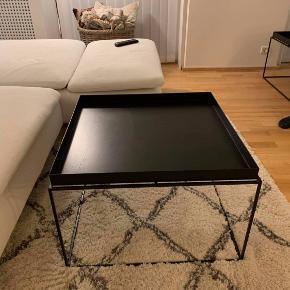 Sofabord, HAY, metal, b: 60 l: 60 h: 39  HAY sofabord (Tray Table) - B 60 x D 60 x H: 35/39 cm  Bordet er fremstillet i pulverlakeret stål. Almindelige brugsspor. Nypris 1.500 kr.   Bemærk dog, at bordet har en plet, som man kan se i særligt lys (har forsøgt at tage et billede af det). Det kan sagtens bruges og min kæreste mener ikke at man kan se det (men det synes jeg nu altså godt man kan nogen gange)....  (på første billede er bordet lige tørt af, derfor ser det lidt vådt/stribet ud)  Prisen er derfor sat derefter.