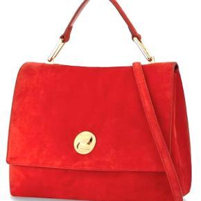 Fantastisk flot Coccinelle taske Liya Suede i LimitedFerrari edition rød farve . Tasken er helt nyt  aldrig brugt købt i juli 2019. Den kan bæres som hånd taske eller skulder taske når en lang rem klikkes på.  Med tasken følger dustbag og ægtheds kort.  Str. er ca 30/24/12 cm Købt for 3200 kr