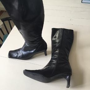 Sorte lange Billi Bi støvler. Velholdte. Str 37. Hæl ca 6 cm