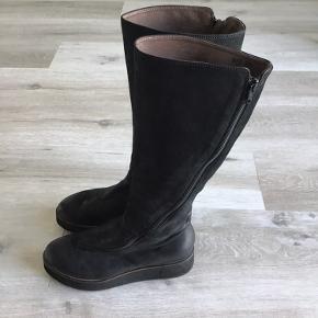 Lang støvle fra Lofina i skind med microfibersål. Super lette og behagelige.