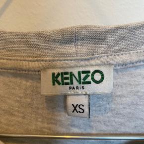 Lysegrå kenzo t-shirt. Tag medfølger.  Skriv privat for flere billeder og detaljer. Prisen kan forhandles. 3 for 2 på hele min profil.