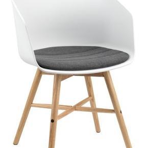 Sælger mine fine 4 spisebordstole med egetræsben. Har også matchende spisebord til salg med hvid bord plade og egetræsben. Stolene fremstår næsten som nye.