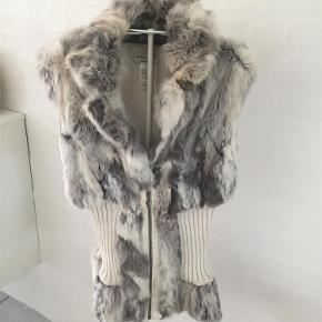Lækker pels vest  Mærke guess jeans  100% ægte kanin pels  Mega blød og lækker  Pels vest Farve: Lys grå Oprindelig købspris: 4000 kr.