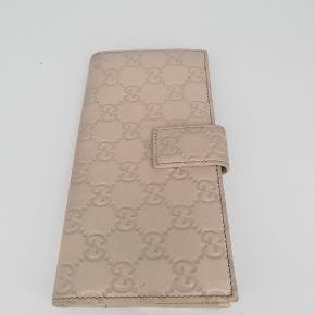 Gucci longwallet ♥️  Der er plads til kort, sedler osv🌸  Det er en smuk hvid farve  Har meget få tegn på brug 🌸  Jeg har desværre intet originalt tilbehør da den er købt vintage ♻️