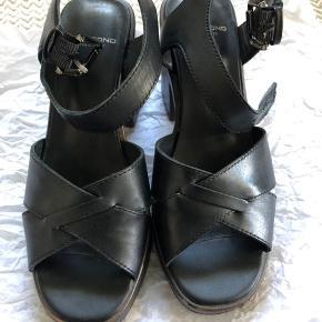 Brugt én gang. Lækker  sko, bløde og lette faktisk. Smukt til jeans og kjole, til fest og hverdag!  Sålen har lidt træ- look i mørkt brug. Bliver ikke brugt. Har for mange sko. Se også mine andre annoncer 🌸