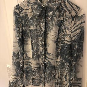 Rigtig fin skjorte i 51% lyocell og 49% silke. Nyprisen var 400 kr., den er aldrig brugt og fejler derfor ikke noget.  Skjorten er hvid og grå/grøn. Mindsteprisen er 115 kr og køber betaler porten :)