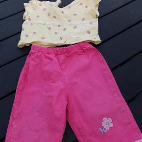Sødt lille sæt syet til min egen datter. Kan bruges fra 62 -74. Først med bukserne længe og senere som stumpebukser. Bluse og buks med elastik i taljen.