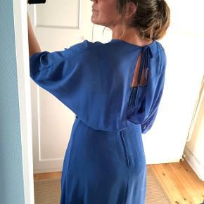 Super flot vintage kjole med den smukkeste ryg.  Ukendt mærke. Købt i vintage butik i Malmø, men har aldrig fået den brugt.