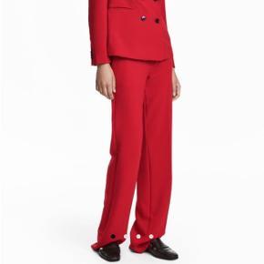 Fine røde bukser. De er lagt op, så de passer til en der er 164 cm
