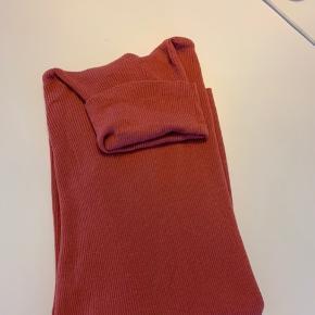 Lækker tynd strik rullekrave fra DAY  Kun brugt få gange på arbejde   BYD gerne