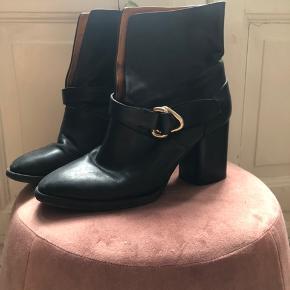 Flot læderstøvler m højt skaft og hæl. Har brug for lidt tlc men kan blive meget flotte. Kan hentes på Frederiksberg