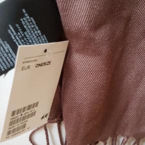 Skøn tørklæde i rødbrun farve.