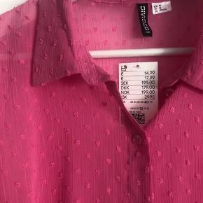 Super fin skjorte med sommerlige detaljer.   Aldrig brugt og stadig med prisskilt.