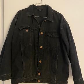 Denim jakke fra Monki med forvaskede detaljer. Oversize.